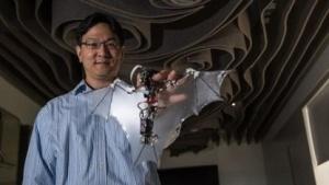 Soon-Jo Chung mit dem Bat Bot: Der Fledermausflügel verformt sich im Flug.