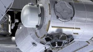 Satellitenschleuse an der ISS (künstlerische Darstellung): Canadarm schwenkt das Modul von der Station weg