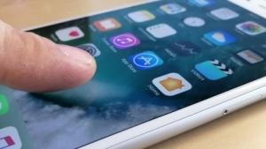 iPhones könnten in Zukunft per Fingerabdruck auf dem Bildschirm entsperrbar sein. (Symbolbild)