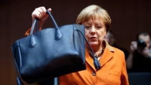 Angela Merkel hatte eine große Handtasche - aber wenig Detailkenntnis.