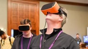 Spielentwickler probieren VR-Headsets auf einer Tagung aus.