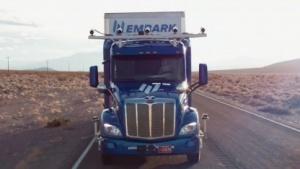 Autonom fahrender Peterbilt-Truck: autonome Testfahrten mit Kühlschränken