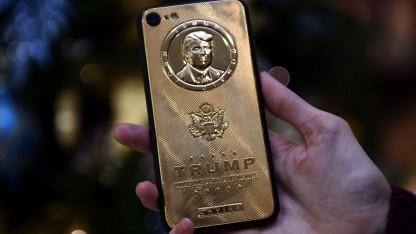 Goldenes Smartphone mit Trump-Konterfei