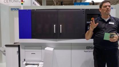 Epson hat auf der Cebit 2017 die Paperlab in Aktion gezeigt.