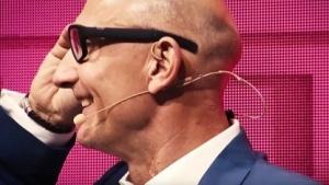 Telekom-CEO Tim Höttges zeigt die Datenbrille.