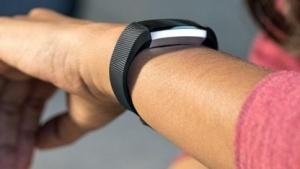 Der Tracker Alta HR von Fitbit kann den Puls am Handgelenk erfassen.