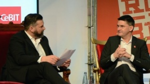 Messechef Oliver Frese (r.) im Gespräch mit Cebit-Sprecher Hartwig von Saß