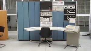 Research Unix Edition lief auch auf einem PDP-7, der damals als Minicomputer bezeichnet wurde.