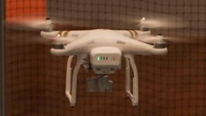 Quadrocopter Phantom von DJI: Identifikationsmerkmal von der Drohne im Vorbeiflug