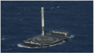 Die Raketenstufe nach ihrer Landung im Meer