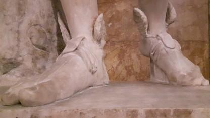 Götterbote Hermes hat nicht nur flinke Füße, er muss auch die Nachrichten der Götter übersetzen.