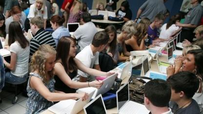 Schüler mit Laptops (Symbolbild): Daten standardmäßig und automatisiert in der Cloud gespeichert