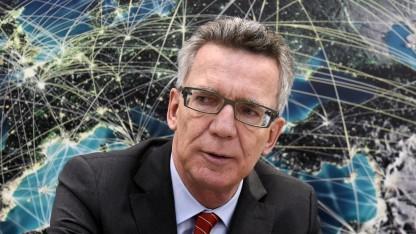 Innenminister de Maizière mit Cyber im Hintergrund
