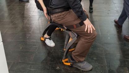Sitzen per Exoskelett: Golem.de-Videoredakteur Martin Wolf testet den Chairless Chair.
