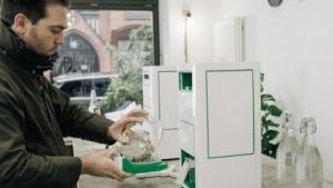Hans Stier mit seiner Kaffeemaschine