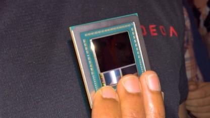 AMDs Grafik-Experte Raja Koduri zeigt den Vega-10-Chip.