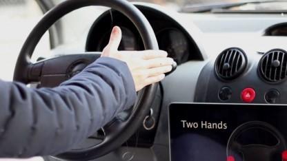 Ein mit leitender Farbe eingesprühtes Lenkrad erkennt,  wo der Fahrer seine Hände hat.