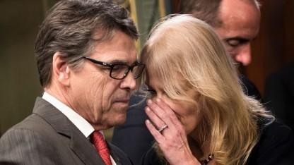 Kellyanne Conway, Beraterin von US-Präsident Donald Trump, flüstert (Symbolbild): Es ist, also ob jemand einem ins Ohr flüstert, aber da ist niemand.