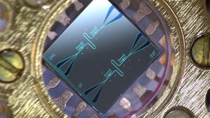 Chip mit zwei parallelen supraleitenden Oszillatoren und Kühlsystemen