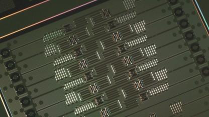 Der Quantenchip des neuen IBM-Rechners hat 16 Qubits.