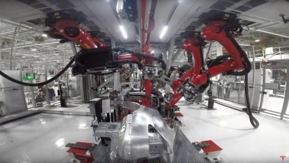 Roboter beim Bau eines Model X: Sicherheits in vergangenen Jahr verbessert