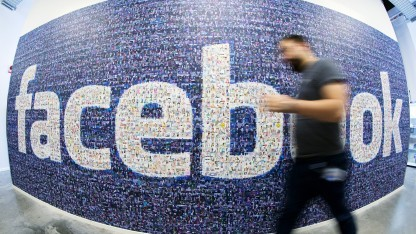 Installation des Facebook-Schriftzugs in Schweden