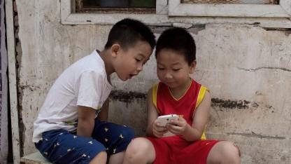 Smartphones üben eine starke Faszination aus - auch für Kinder.