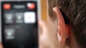 Das Linx 2 von Resound ist mit dem Smartphone vernetzt und hinter dem Ohr fast nicht zu erkennen.