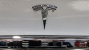 Tesla-Logo (Symbolbild): Absatzziel für Mitte 2017 ist erreichbar.