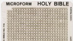 Eine Bibel im Mikrofiche-Format