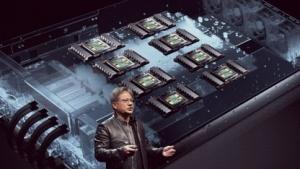 Nvidia-Chef Jen-Hsun Huang zeigt V100-basiertes HGX-1.