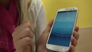 Telekom-Kundendienstmitarbeiterin am Smartphone