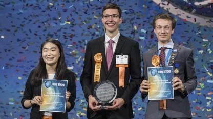 Ivo Zell (in der Mitte) ist der glückliche Gewinner des Hauptpreises.