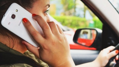 Telefonieren beim Fahren soll teurer werden.