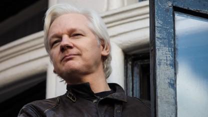 Julian Assange im Mai 2017 auf dem Balkon der ecuadorianischen Botschaft in London
