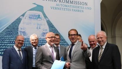 Udo di Fabio (3. v. l.) und Alexander Dobrindt (4. v. r.) präsentieren den Kommissionsbericht.