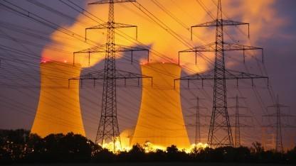 Strommasten vor dem abgeschalteten Kernkraftwerk Grafenrheinfeld