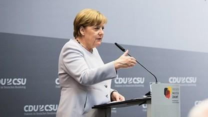 Merkel spricht zu Industrie 4.0.