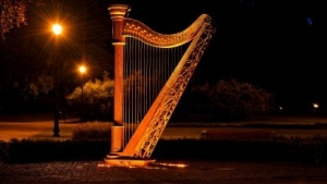 Eine antike Harfe, griechisch Nabla, dient als Namensgeber für den Nabla-Oberator, der in der Tensoranalysis genutzt wird.