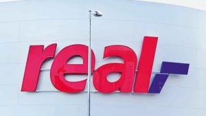 Real-Logo an einer Filiale