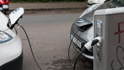 Elektroautos an einer Ladesäule in Oslo