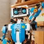 Lego Boost: Legosteinen das Fahren und Sprechen beibringen