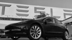 Das erste serienmäßig hergestellte Model 3 von Tesla