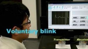 Sensor am Brillenbügel erfasst Augenzwinkern:  Das Signal muss einen Schwellenwert überschreiten.