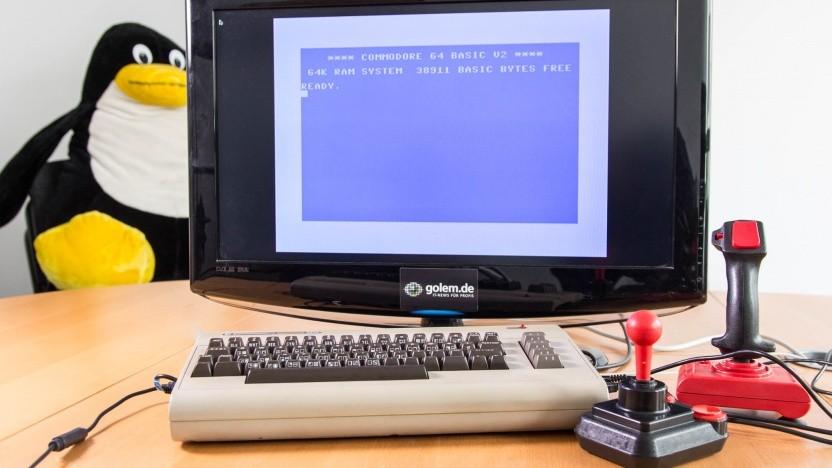 Unser umgebauter C64 mit angeschlossenen Joysticks