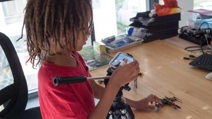 Kinder lernen Umgang mit moderner Technik.