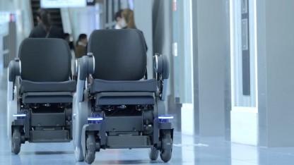 Autonomer Rollstuhl am Flughafen in Tokio