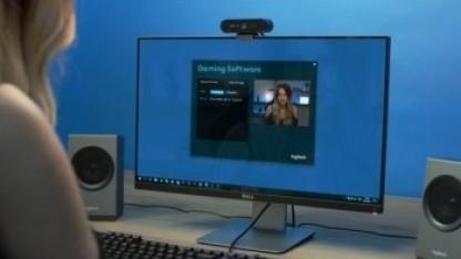 Die Brio 4K Streaming Edition kann oberhalb des Bildschirms befestigt werden.