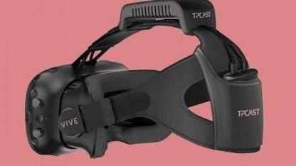 Der Drahtlosadapter wird auf ein HTC Vive gesteckt.