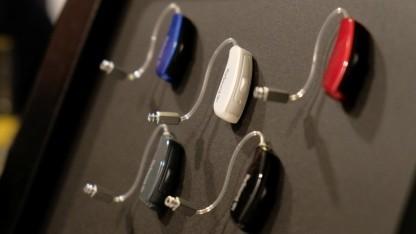 Die Hörgeräte gibt es in verschiedenen Farben.